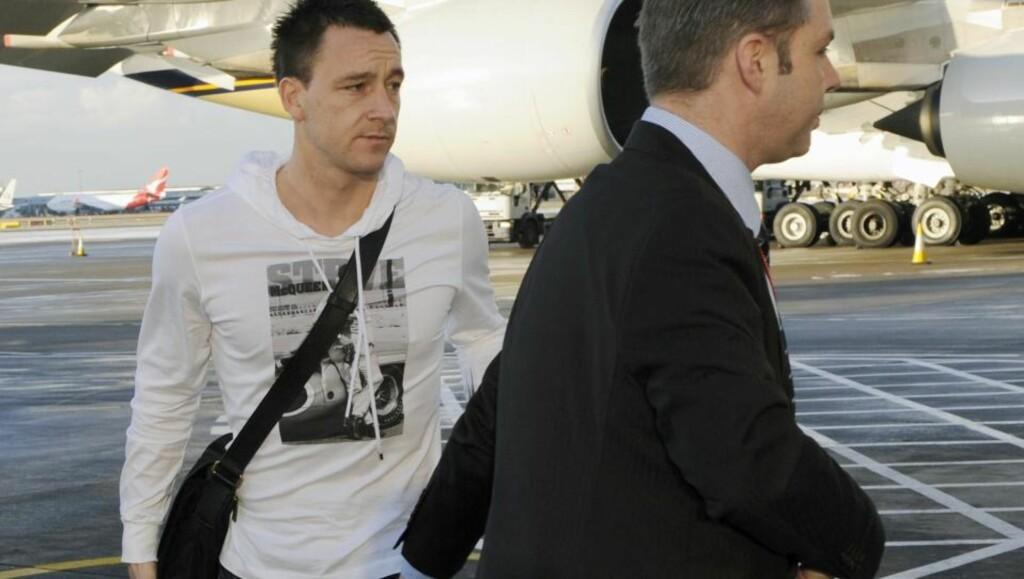 REISER TIL DUBAI: Chelsea-kaptein John Terry på vei til Dubai hvor hans kone oppholder seg. FIFA-president Sepp Blatter mener den aglo-saksiske kulturen er noe av forklaringen på de reaksjonene Terrys angivelige utroskap har fått. Foto: AP