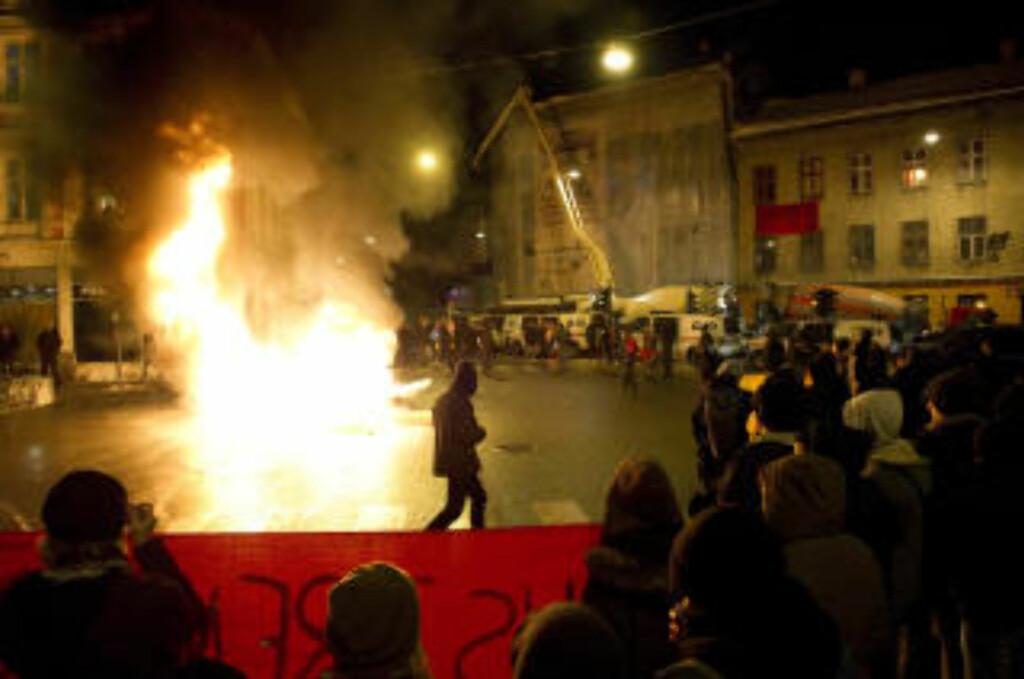 TENTE BÅL: Demonstrantene markerte sin motstand mot Oslo kommunes utkastelse av husokkupantene i Hausmannsgate 42. Foto: Øistein Norum Monsen