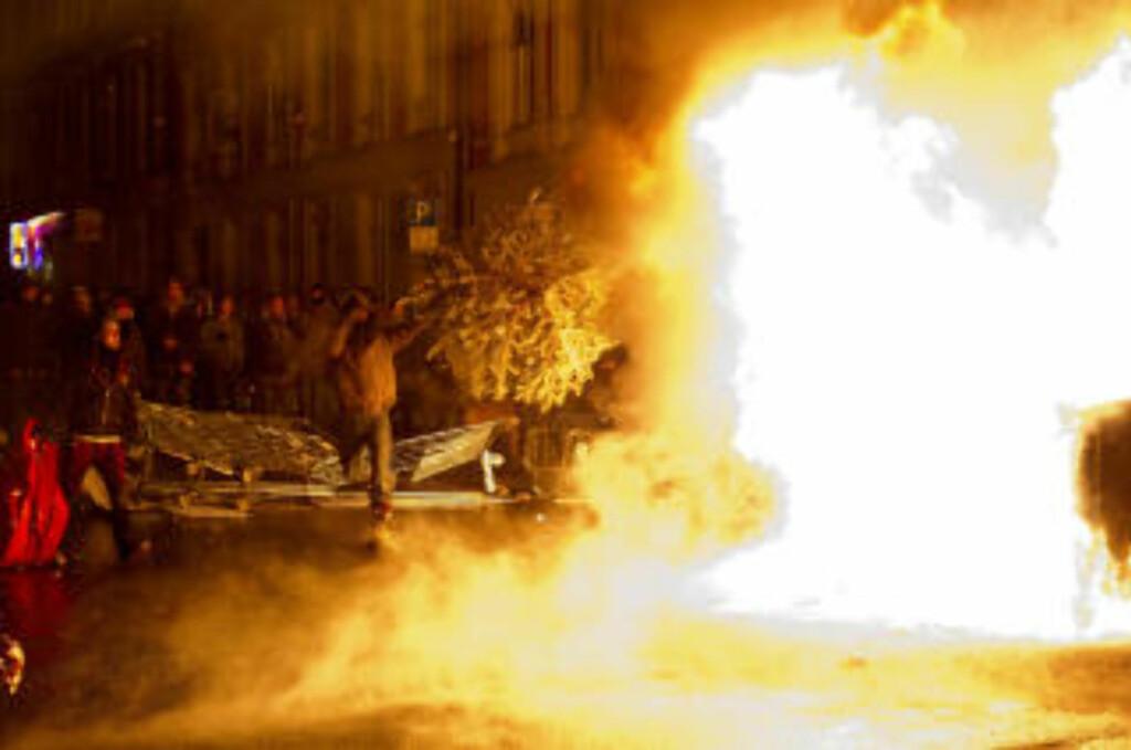 STORE FLAMMER: Demonstrantene markerte sin motstand mot Oslo kommunes utkastelse av husokkupantene i Hausmannsgate 42. Foto: Øistein Norum Monsen