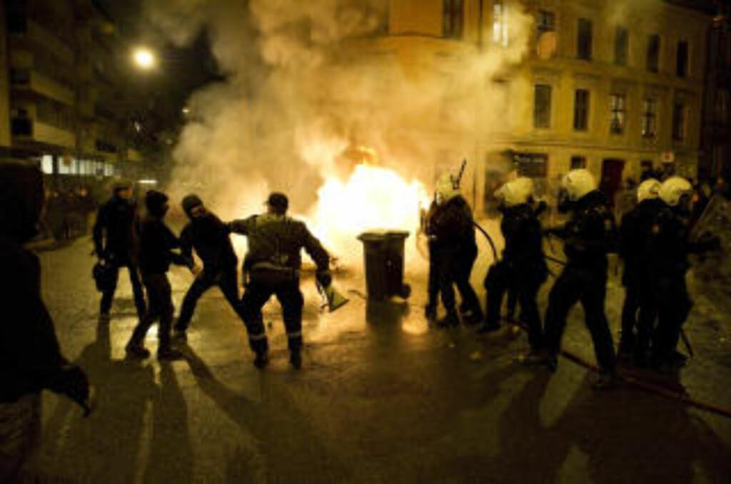HINDRET BRANNVESENET: Demonstrantene markerte sin motstand mot Oslo kommunes utkastelse av husokkupantene i Hausmannsgate 42. Foto: Øistein Norum Monsen