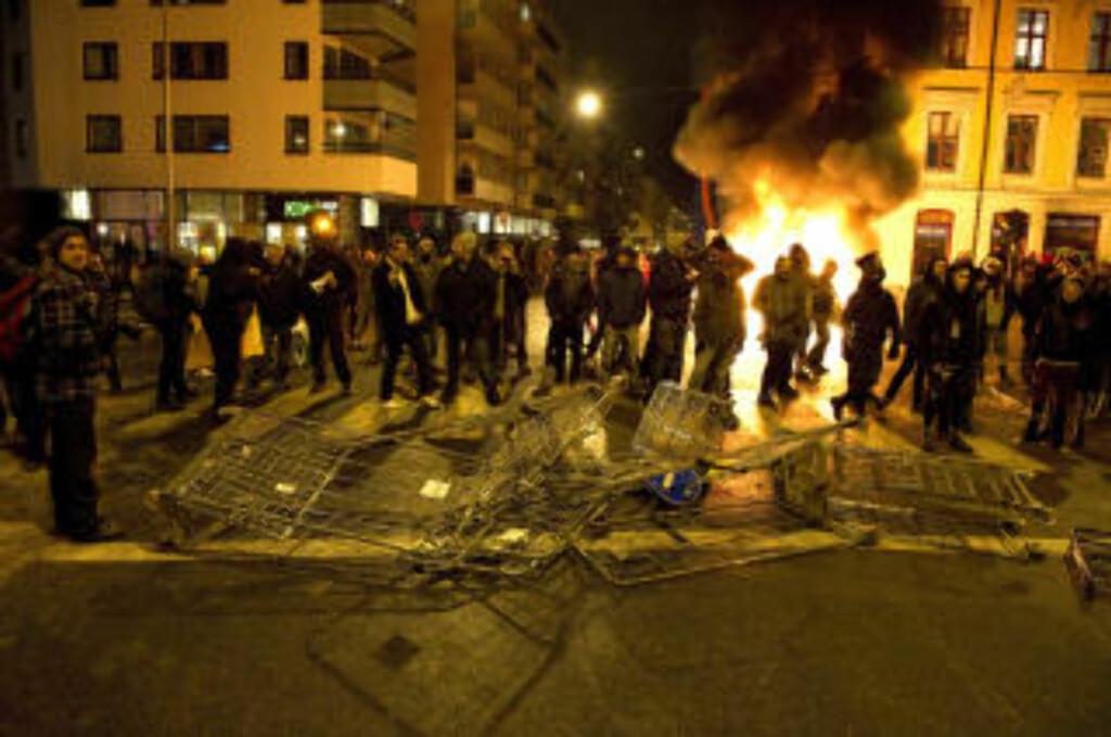 KNUSTE HANDLEVOGNER: Demonstrantene markerte sin motstand mot Oslo kommunes utkastelse av husokkupantene i Hausmannsgate 42. Foto: Øistein Norum Monsen