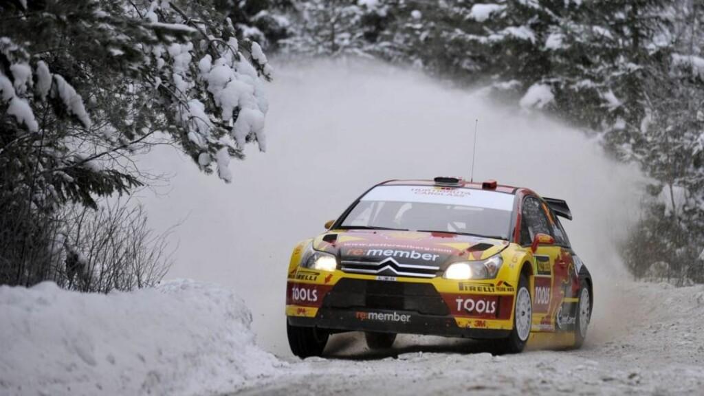 KJEDELIG ÅPNING: Petter Solberg kjørte inn snøfonna og gjorde ytterligere en stor feil i dagens spesialprøve i Rally Sweden.  Foto: EPA/REPORTER IMAGES