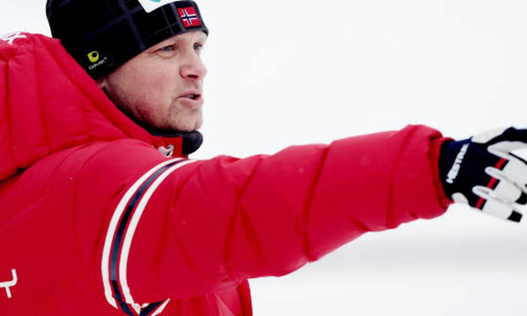 BANNET: Kombinerttrener Kjetil Strandbråten skjønte at forholdene var håpløse da klokka tvang ham til å sende Magnus Moan utfor.  Foto: Stian Lysberg Solum, Scanpix