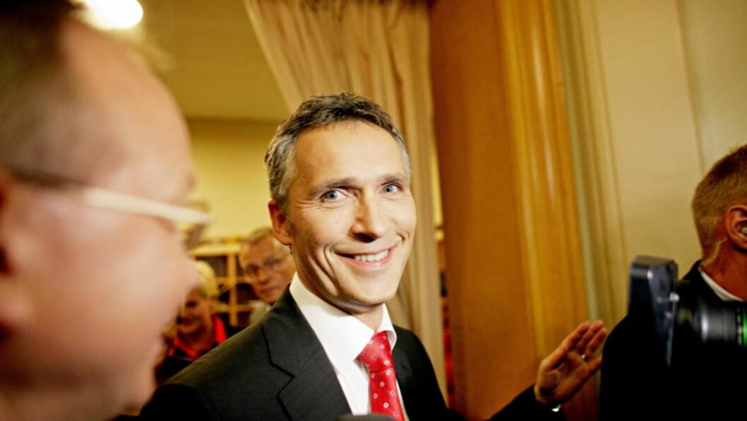<strong>FORNØYD:</strong> Jens Stoltenberg kunne smile etter Emil Hegle Svendsens gull. Smilte gjorde han også under valgkampen, da dette bildet ble tatt. Foto: Krister Sørbø / Dagbladet