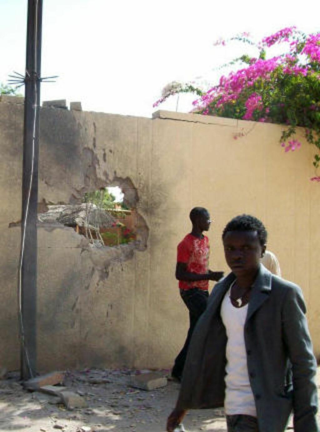 EKSPLOSJONER: Innbyggere i hovedstaden Niamey konstaterer ødeleggelsene etter kuppet. Foto: AFP/ Boureima HAMA