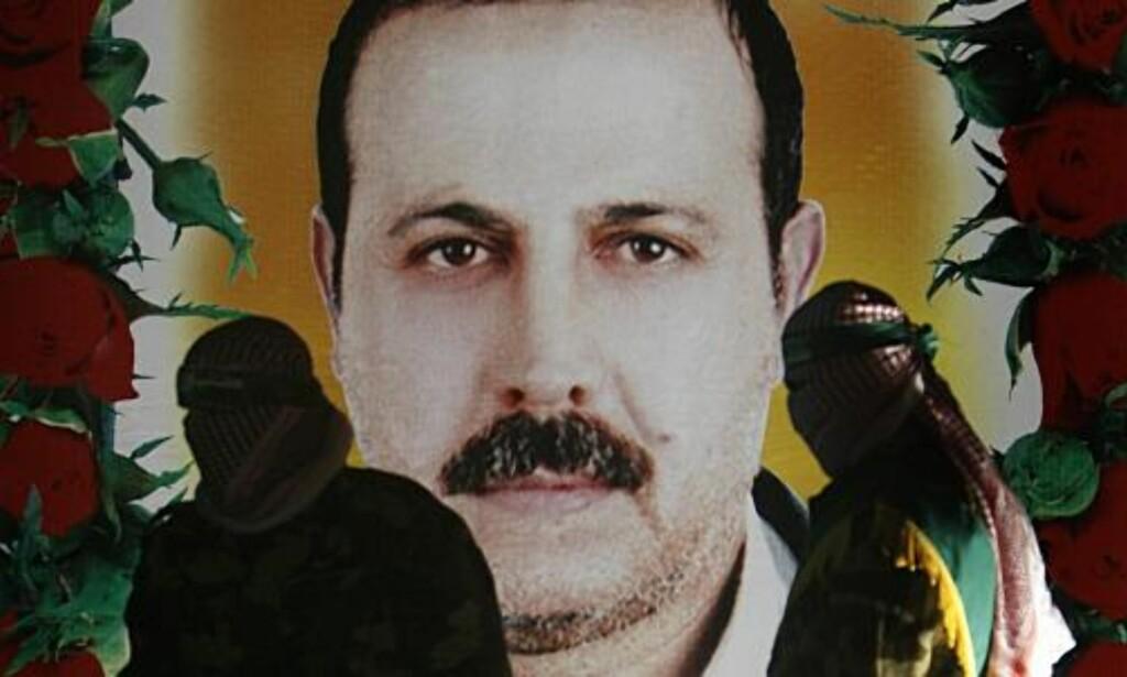DREPT AV UTENLANDSKE AGENTER:  Hamas-tilhengere står foran portrettet av Mahmoud al-Mabhouh som ble drept på et hotellrom i Dubai 20. januar i år.  Foto: SCANPIX/EPA