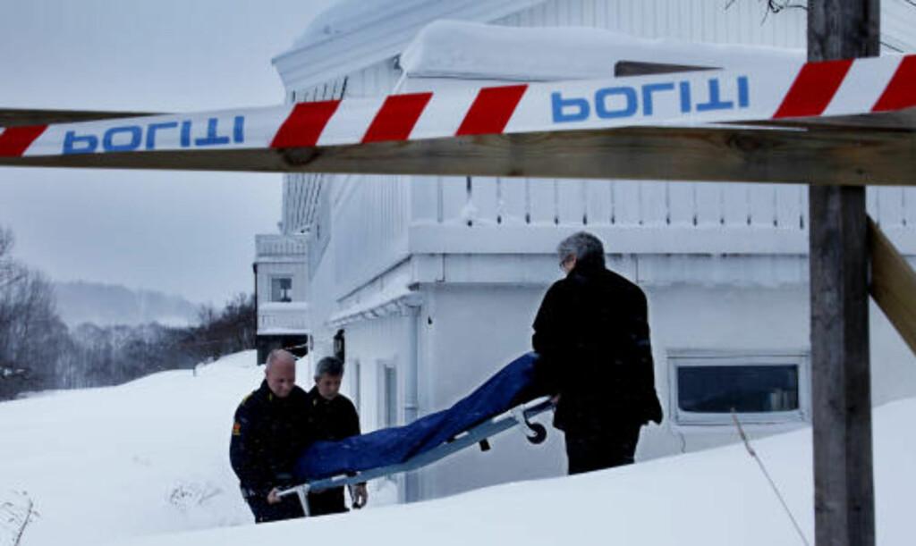 FUNNET DREPT:  Ved 17-tiden i dag ble den døde kvinnen båret ut av sokkelleiligheten der hun ble funnet drept. Foto:Jacques Hvistendahl/Dagbladet