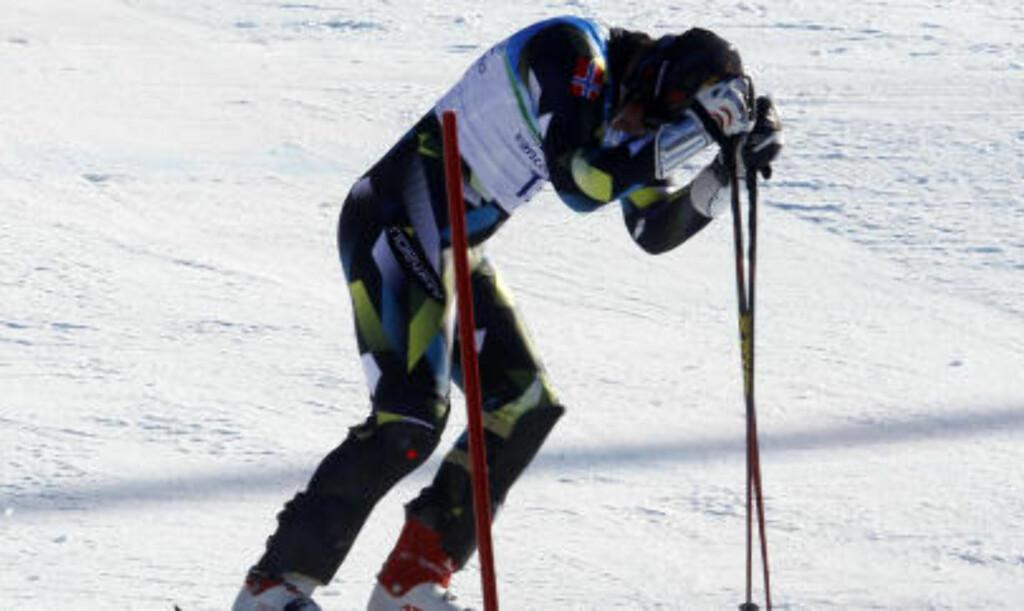DEPPER: Aksel Lund Svindal banker stavene i snøen etter at medaljen glapp. Foto: Cornelius Poppe / Scanpix