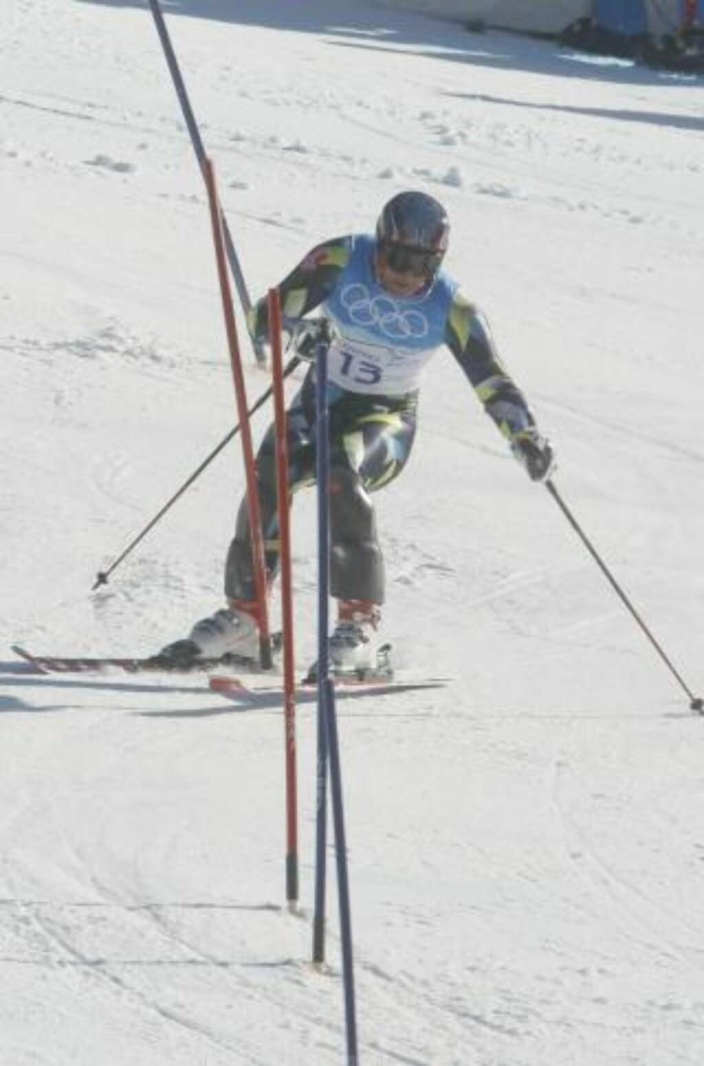 MISSEN: Her får Aksel Lund Svindal skien på feil side av porten midtveis i slalåmen. Foto: Cornelius Poppe / Scanpix