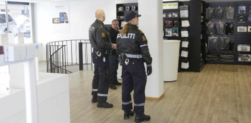 FANT TJUVGODSET: Politiet tok med seg varer til Peder Hanson for å få han til å bekrefte om de stammet fra hans butikk, før de sendes videre til krimteknisk for videre undersøkelse. Foto: TORBJØRN BERG
