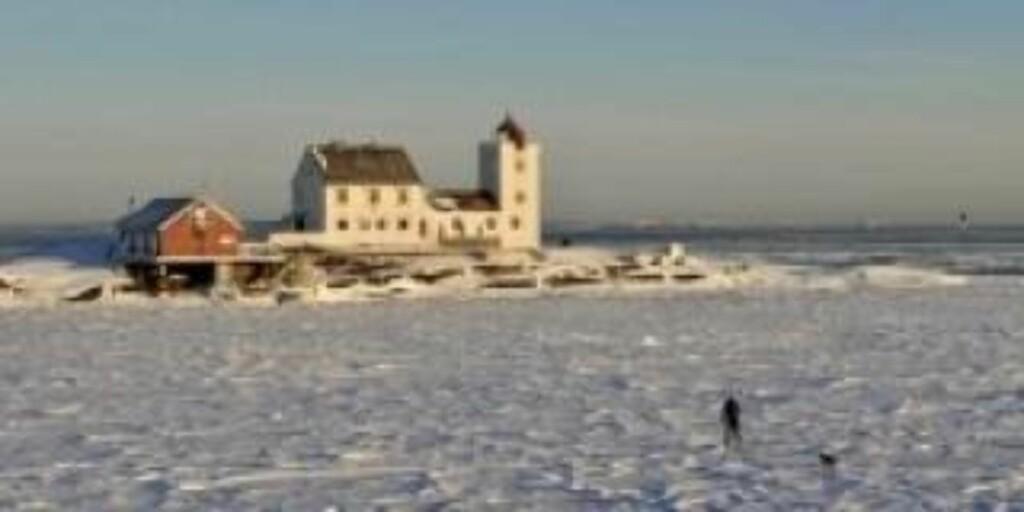 PÅ SKI TIL FYRET: En spesiell skitur var det. Skiløperne merket isen beveget seg da ferga kjørte forbi. FOTO: Bjørn Tore Saltvik