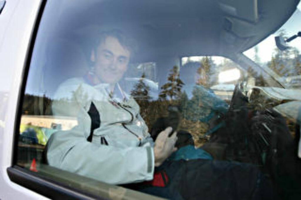 SNAKKET OG SNAKKET: Etter dopingkontrollen sto Petter Northug og snakket med norsk presse i nesten 20 minutter. Her har omsider kommet seg inn i den ventende bilden.   Foto:ARNT E. FOLVIK