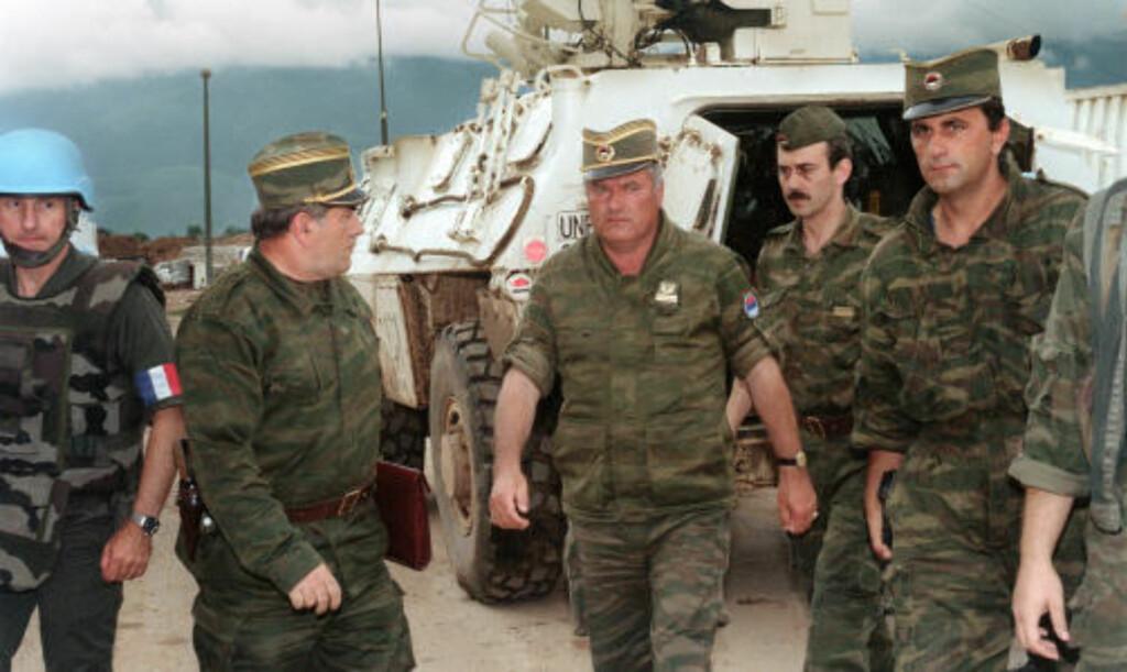 I AKSJON:  General Ratko Mladic (i midten) i aksjonen under borgerkrigen, her på flyplasssen i Sarajevo i 1993. FOTO: AFP/SCANPIX.