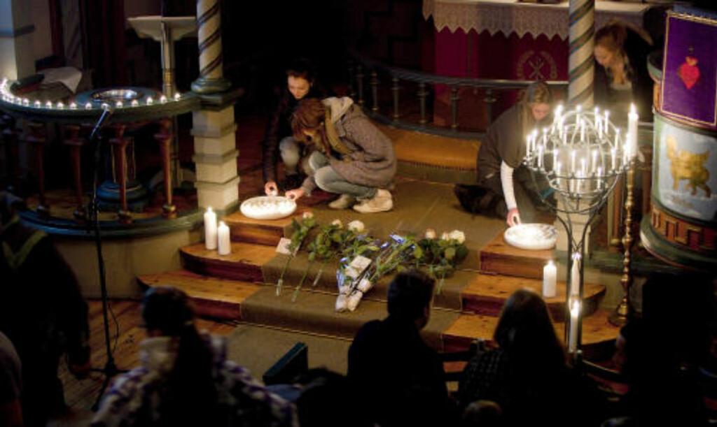 TENTE LYS: Marits venner tente lys for henne i kveld. FOTO: BJØRN LANGSEM