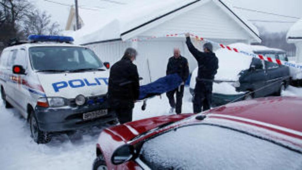 BÆRES BORT: Marit (20) ble funnet drept i leiligheten til sin eks-samboer på lørdag. Han har innrømmet å ha kvalt henne. Her bæres Marit bort. Foto: Jacques Hvistendahl