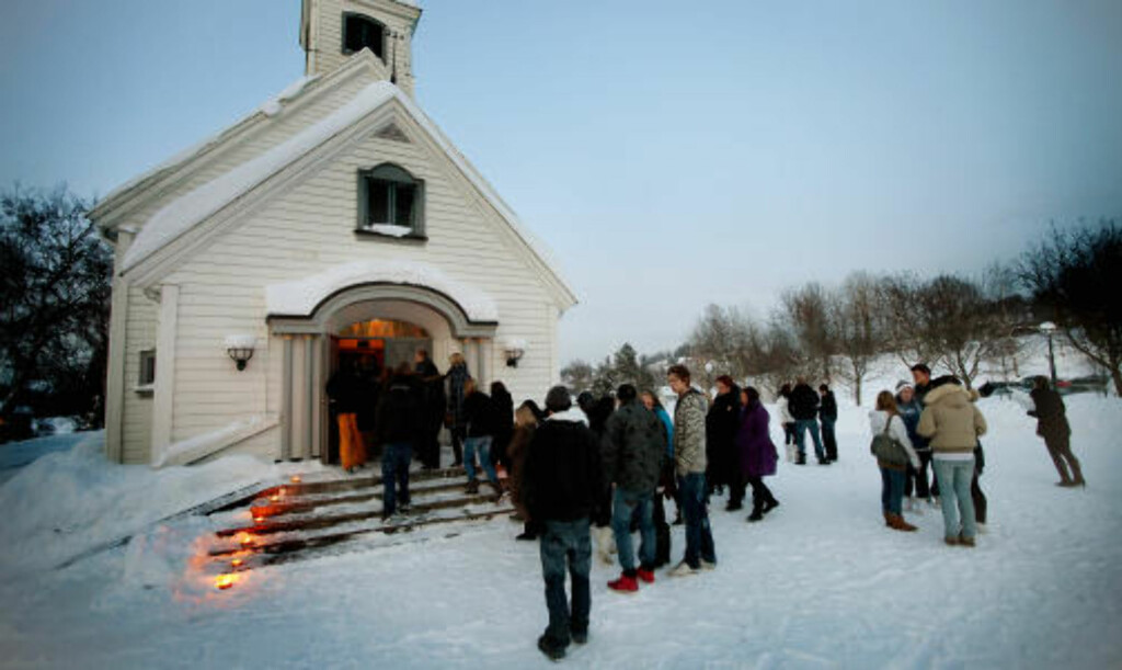 TIL MINNESTUNDEN: Heggedal kirke i Asker var fylt til randen av unge mennesker i kveld. Marits venner stod sammen i sorgen. FOTO: BJØRN LANGSEM
