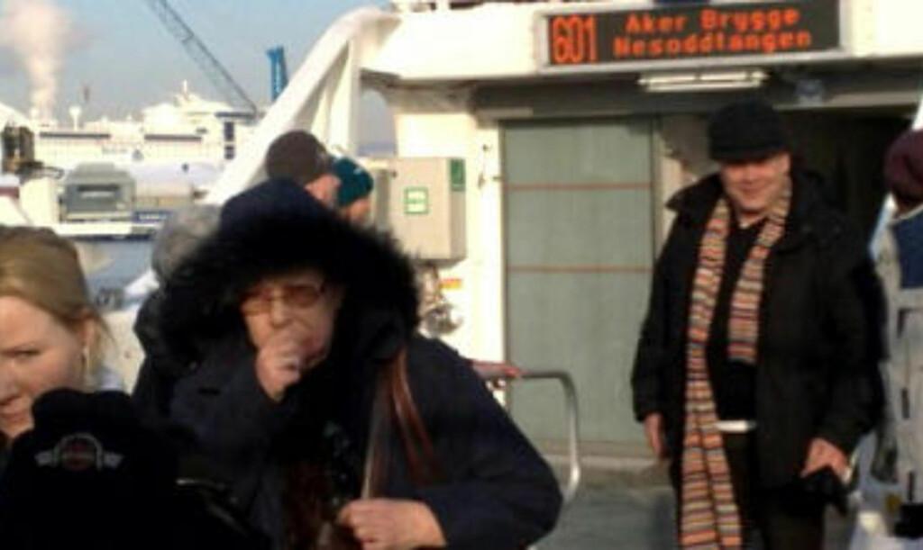 EVAKUERES: Passasjerene om bord «Tidedronningen» bringes puljevis over i båten som er på plass for å bistå. Foto: Terje Mosnes/Dagbladet