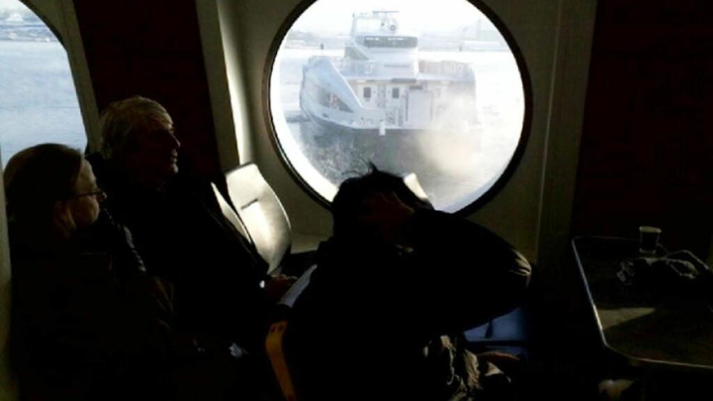 STÅR FAST: Fullastet med folk står Nesoddbåten «Tidedronningen» fast i Oslofjorden etter motor-, propell- og ankertrøbbel. Foto: Terje Mosnes/DAGBLADET