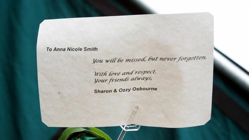 SAVNET: Fans har hengt opp ark og plakater for å minnes Anna Nicole. Foto: All Over Press