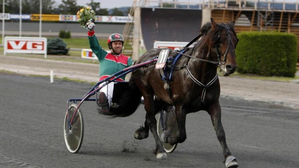 OVERLATER TØMMENE. Amatørtrener Svein Olav Ruud kjører normalt Tuxi Titan selv. Men i V75-1 på Bjerke får hesten ny kusk. Foto: HESTEGUIDEN.COM.