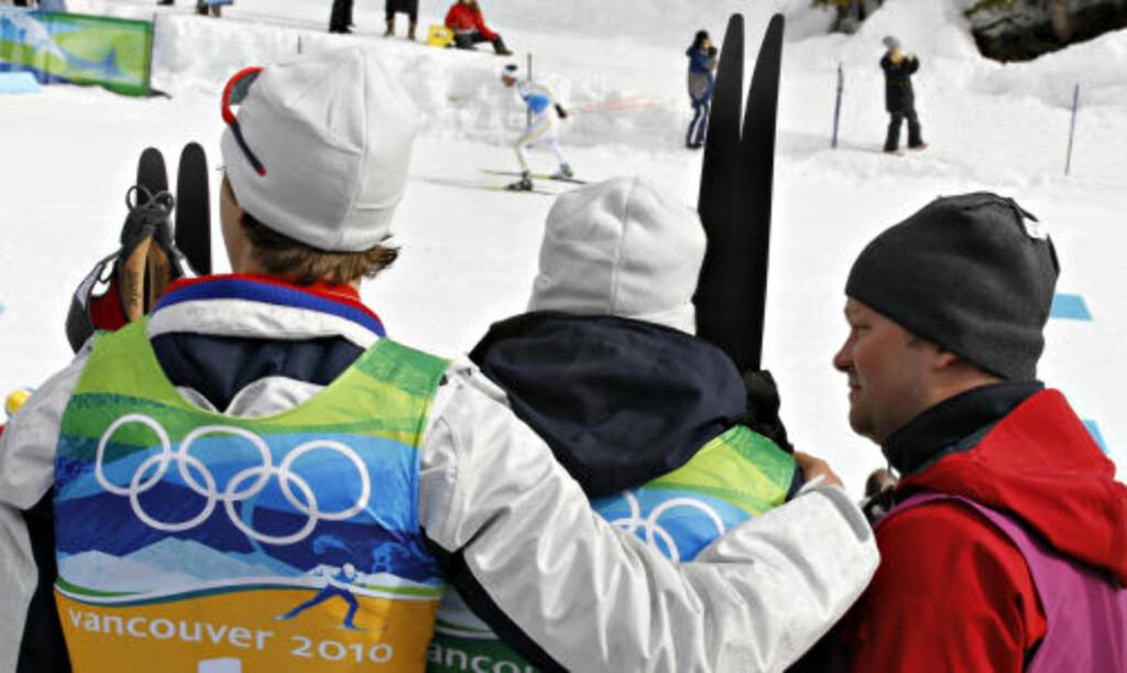 LANGT NEDE: Lars Berger legger armen rundt Odd-Bjørn Hjelmeset idet Marcus Hellner kommer inn på stadion i ensom majestet.   Foto:ARNT E. FOLVIK