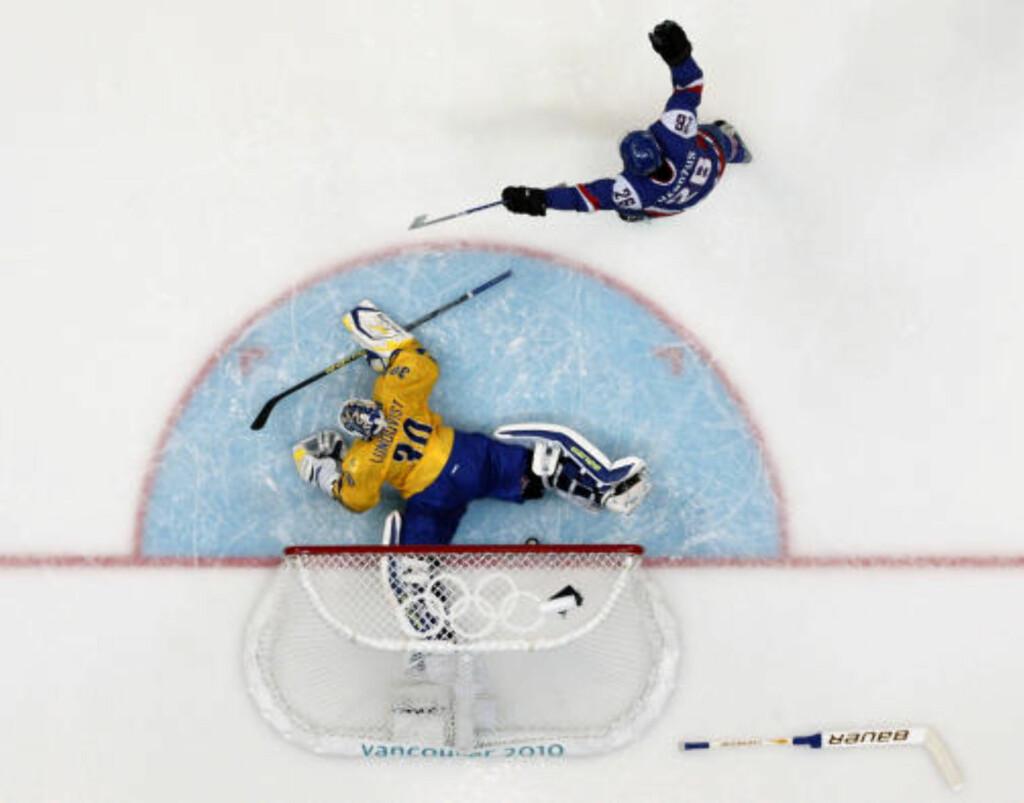 UTSLÅTT: Henrik Lundqvist slipper inn slovakenes førstemål, scoret av Marian Gaborik (ikke på bildet). Foto: REUTERS
