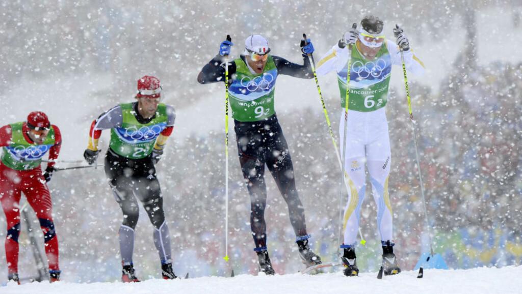 SIST I FELTET: Odd-Bjørn Hjelmeset fikk problemer med å holde følge med Sveriges Johan Olsson på 2. etappe. Du vet grunnen. Foto: AFP/JAVIER SORIANO