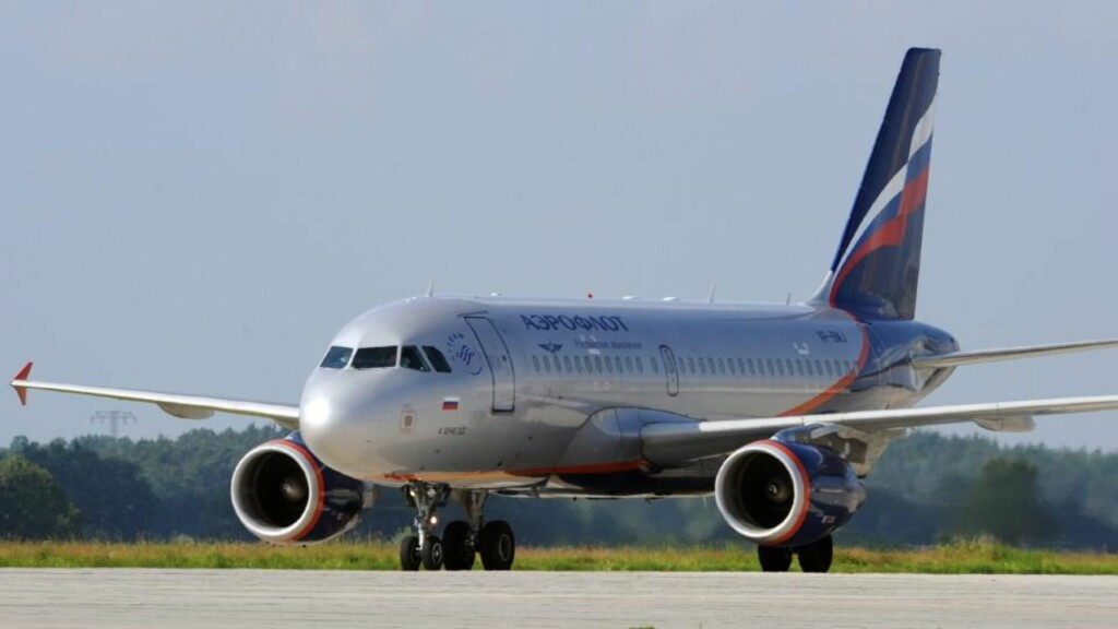TOK FEIL VEI: Et fly fra det russiske selskapet Aeroflot tok i ettermiddag av fra taksebanen på Gardermoen. Taksebanen brukes av flyene når de skal komme seg fra terminalen og ut til rullebanen hvor de skal ta av. FOTO: EPA/RALF HIRSCHBERGER