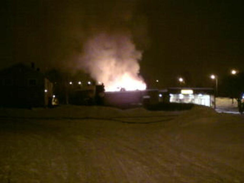 EN PERSON SAVNET:  Det har vært voldsom ild- og røykutvikling fra branntomta i Gudevoldveien i Fredrikstad i natt, der en firemannsbolig er brent ned til grunnen. MMS-FOTO: SVEIN GRUDEVOLD.