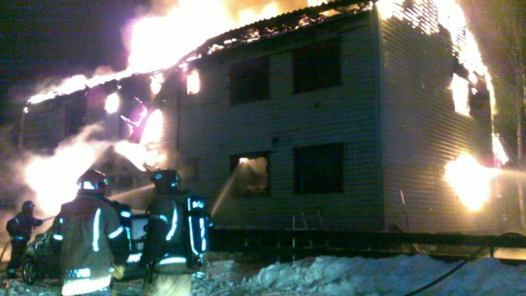 KOM IKKE UT:  Politiet frykter at en 92 år gammel kvinne har mistet livet i en brann i en firemannsbolig i Gudevoldveien i Fredrikstad i natt. Huset brant ned til grunnen. Tre av beboerne kom seg uskadd ut - en var ikke hjemme. MMS-FOTO: JARAN BERG.