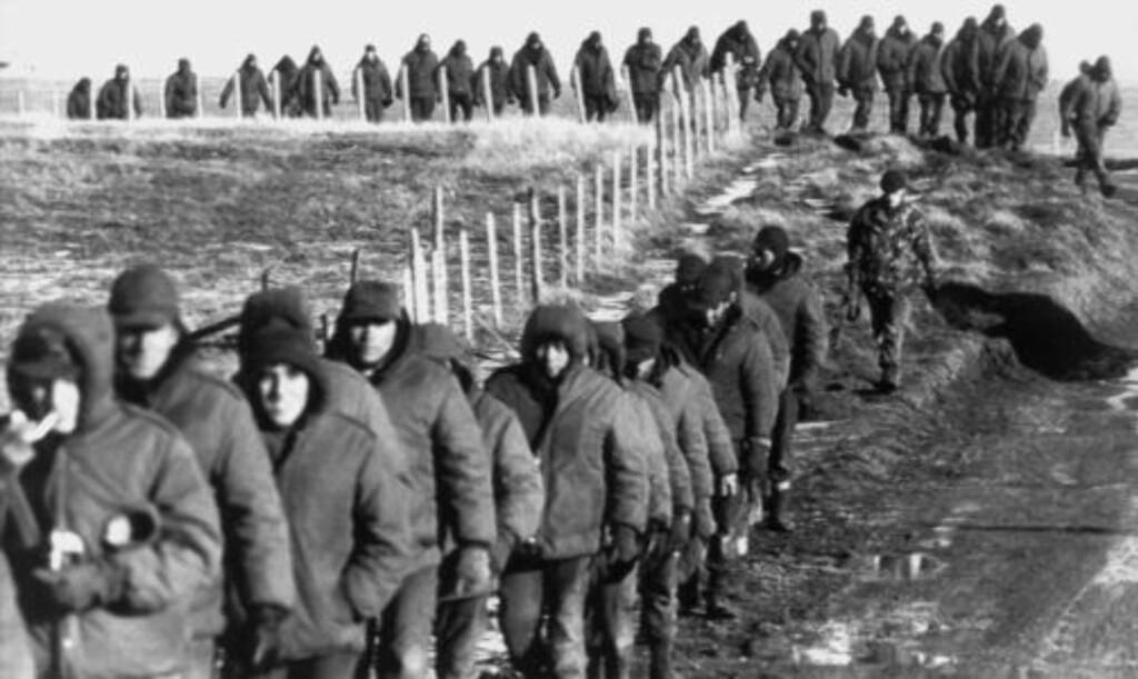 TAPTE: Argentinske soldater (foran) eskorteres 2. juni 1982 av britiske soldater etter overgivelsen og Falklandskrigen. Foto: AFP