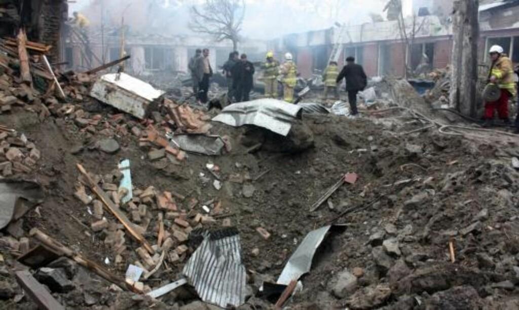 KRATER: Redningsmannskaper på stedet der eksplosjonen skjedde. Foto: EPA/S. SABAWOON/SCANPIX