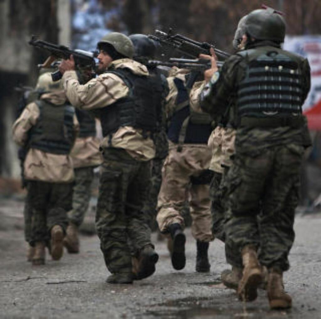 SKUDDVEKSLINGER: Afghanske styrker havnet i lange skuddvekslinger etter selvmordsangrepene. Foto: REUTERS/Ahmad Masood/SCANPIX