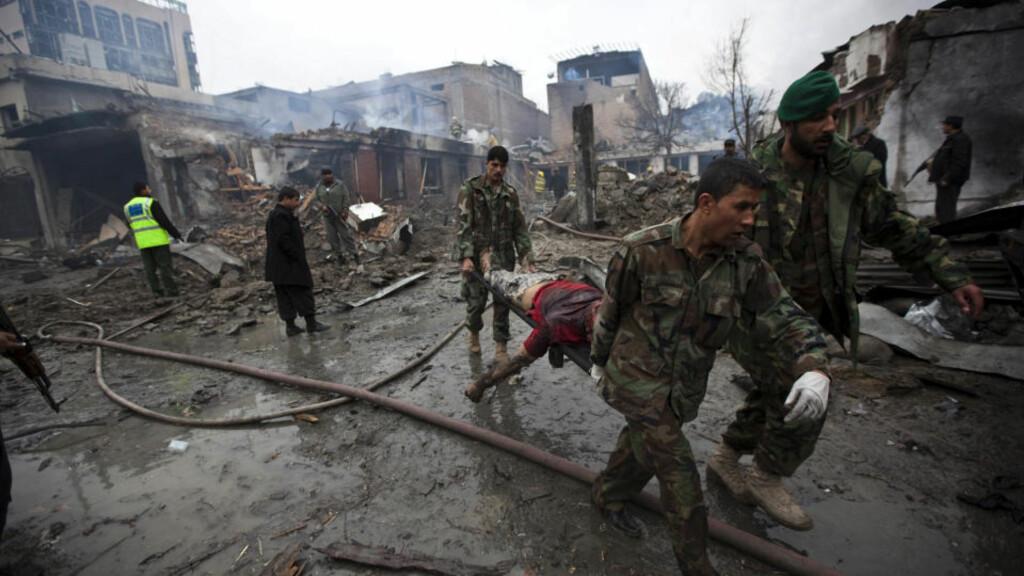MANGE SKADDE OG DREPTE: Afghansk personell redder unna skadde fra hotellet og kjøpesenteret der eksplosjonen skjedde. Foto: REUTERS/Ahmad Masood/SCANPIX
