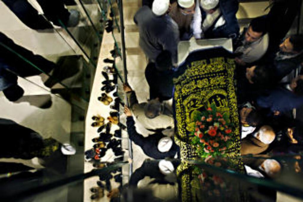 FARVEL: Flere tusen mennesker var samlet i Central Jamaat Ahle Sunnat moské på Grønland for å ta farvel med avdøde Faiza Ashraf fredag. Foto: Frank Karlsen / Dagbladet