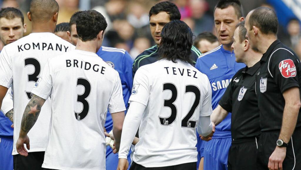 ISKALDT: Chelsea-kaptain John Terry strekker hånda ut for Wayne Bridge, men City-backen går rett forbi og gir hånda til nestemann. Resten av City-spillerne tok hånda til John Terry. Foto: AFP