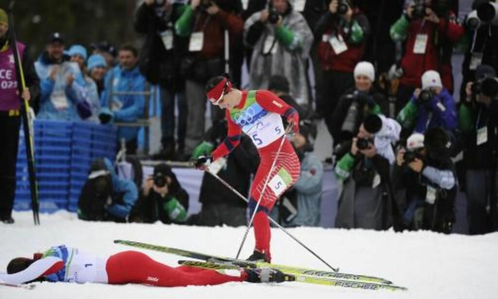 GRATULERTE: Marit Bjørgen oppsøkte Kowalczyk like etter målgang og gratulerte med seieren. Foto: EPA/BONNY MAKAREWICZ