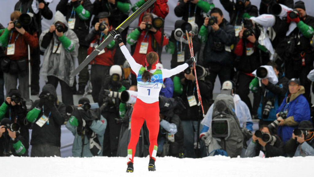 FIKK SIN REVANSJ: Justyna Kowalczyk fikk sitt etterlengtede gull i siste forsøk, etter en intens fight mot Marit Bjørgen. På spørsmål om hun var mer sulten enn Bjørgen var, svarer hun: - Jeg tror ikke det, hun ville virkelig vinne denne gullet. Jeg tror jeg var littegrann sterkere. Foto:   AFP PHOTO / DON EMMERT