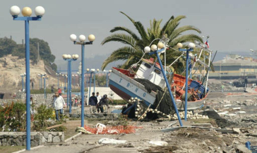 SKYLT PÅ LAND:  En fiskebåt skylt på land i Talcahuano Port, nær Concepcion. FOTO: REUTERS/SCANPIX.