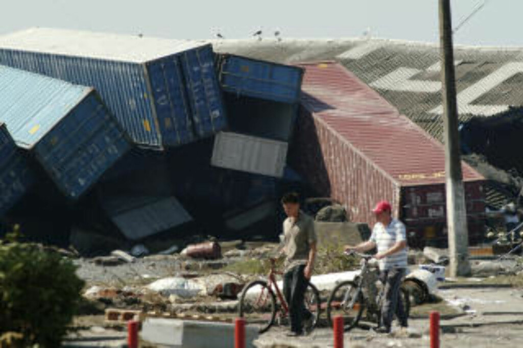 HAVNEKAOS:  Storestålcontainere kastet hulter til bulter i Talcahuano Port. FOTO: REUTERS/SCANPIX.