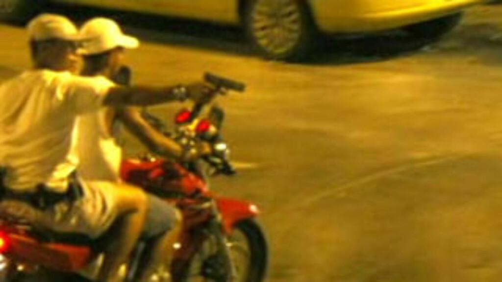 SIKTER: De væpnede ungguttene sikter på andre trafikanter med håndvåpen. Foto: Extra/Pablo Jacob/O Globo