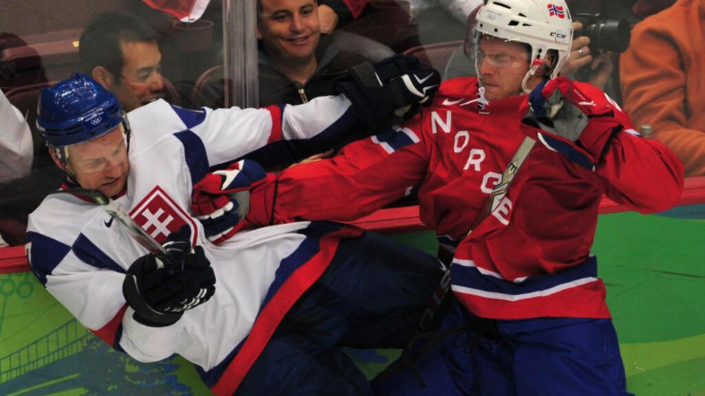 FORKJØLELSESMEDISIN: Lubomir Visnovsky avga positiv dopingprøve etter seieren mot Marius Holtet og Norge. Foto: AFP