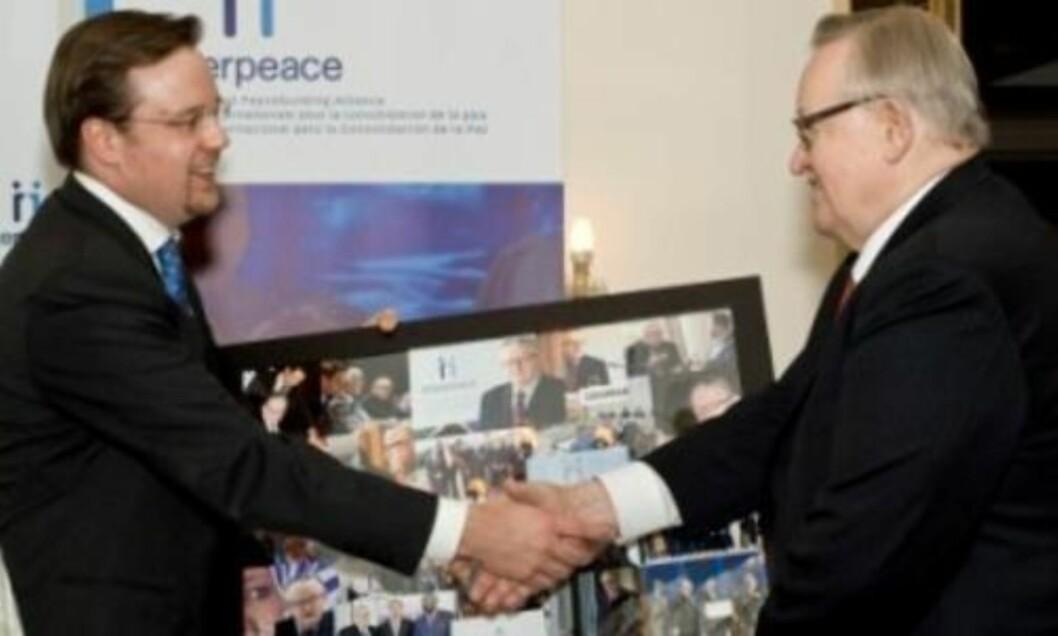 <strong>HÅNDTRYKK:</strong> Generalsekretær Scott Weber takker Martti Ahtisaari for innsatsen idet finnen går av som formann i organisasjonen. Han er nå æresformann, men var formann i årene UD innrømmer rapporteringssvikt fra. Webers lønn, på over 1,5 millioner, er uproblematisk for UD. Foto: Interpeace