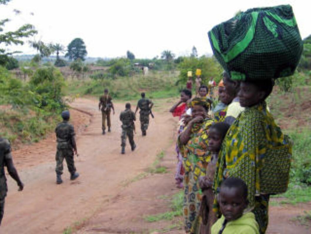 <strong>BURUNDI:</strong> Sivile på flukt etter et angrep fra FNL-geriljaen i 2007. Burundi er et av landene Norge har gitt penger til gjennom Interpeace, penger det ikke ble ført kontroll med. Foto: AFP PHOTO/ Esdras Ndikumana