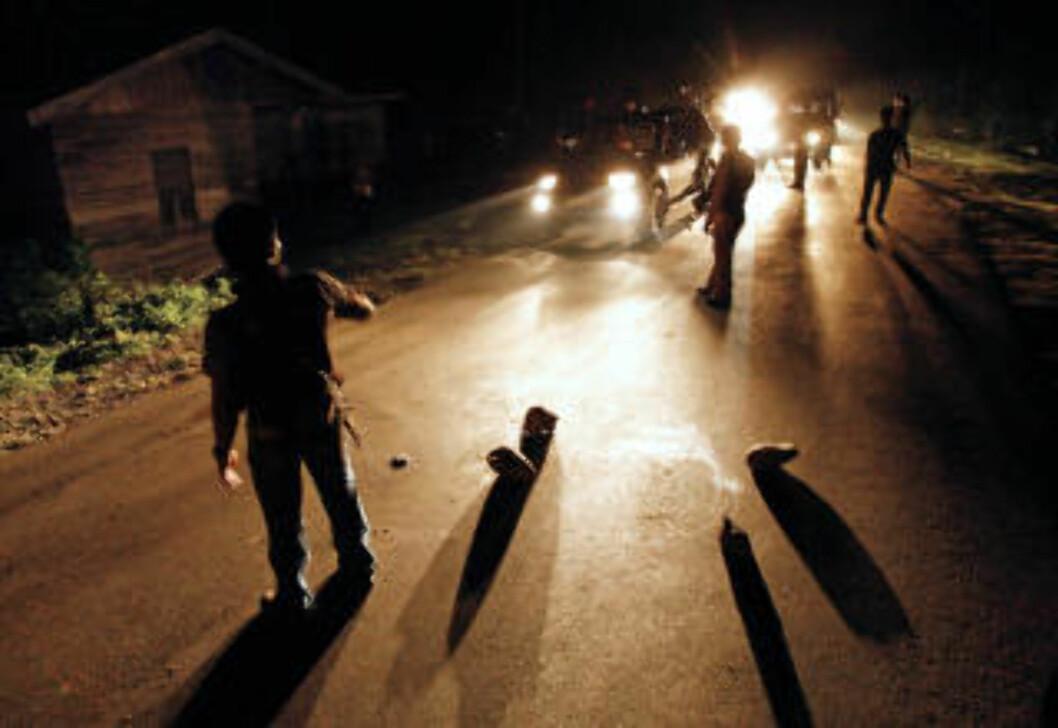 <strong>ACEH:</strong> Her er et militsmedlem blitt skutt og drept i Aceh-regionen i Indonesia. Norge har gitt flere millioner til landet gjennom Interpeace. Foto: AFP PHOTO / CHAIDEER MAHYUDDIN