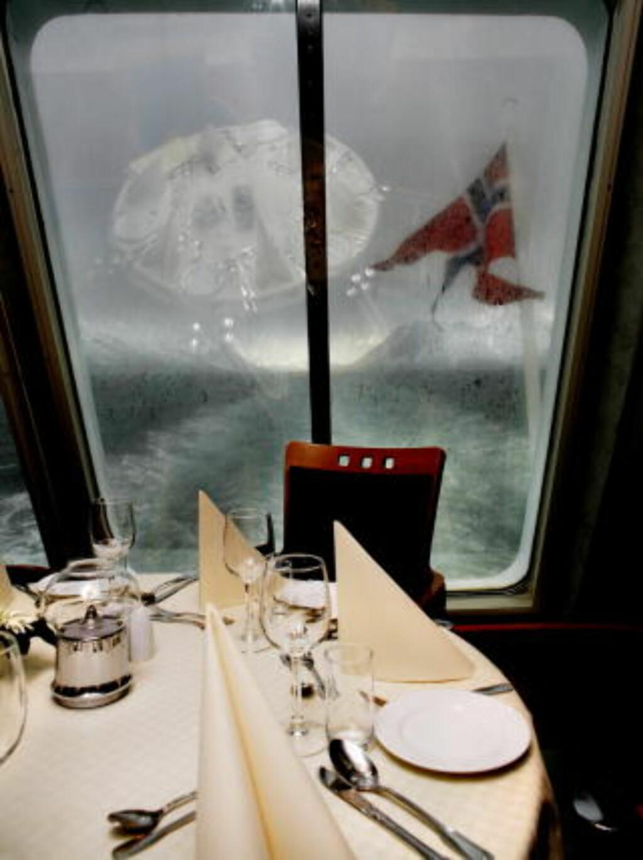 TOMT: I glassene på Hurtigruta Trollfjord. restaurantbord er det lite norskt i glassene.. Foto: Agnete Brun
