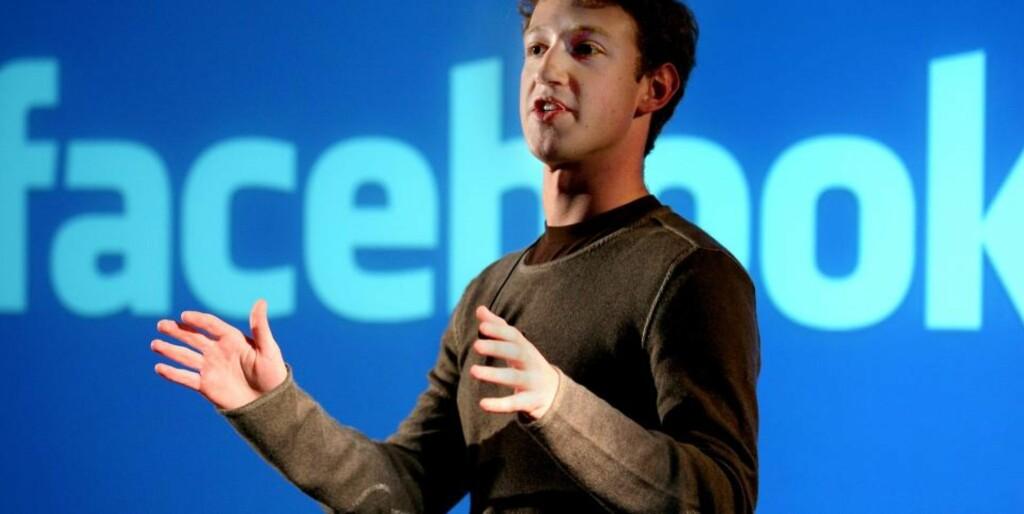 INSPIRERT AV ÅRBOKA: Facebook-gründeren Mark Zuckerberg lånte ideen og konseptet til nettsiden fra en gammeldags årbok fra videregående, der alle elevene og lærerne var representert med bilde og en kort beskrivelse. Årboken var kjent som «face book», et navn Zuckerberg fant passende for sitt nettsamfunn.   Arkivfoto: AP PHOTO/SCANPIX
