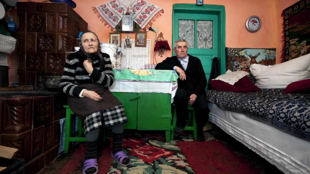 I SKAM: Ekteparet Maria (72) og Vasile (78) Clita skammer seg over at en i familien skal ha drept norske Vera Vildmyren. Her tar de imot Dagbladet på det lille kjøkkenet, som også er soverom om vinteren. Foto: HENNING LILLEGÅRD/DAGBLADET
