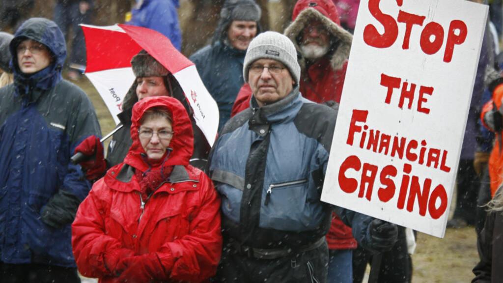 SA NEI: Kritikere av Icesave-avtalen demonstrerer på Island. Det ble et rungende nei til avtalen i lørdagens folkeavstemning. Foto: REUTERS / Bob Strong / SCANPIX