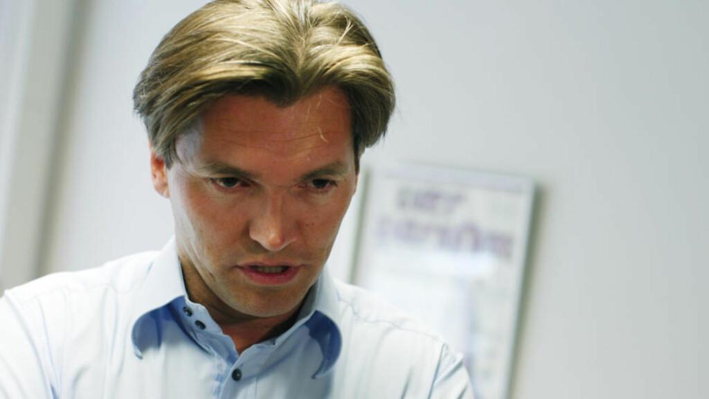 Den Monaco-bosatte investoren Arne Fredly politianmelder en mann han hevder var kilde til en avisartikkel i Finansavisen på lørdag. Han mener artikkelen inneholdt ødeleggende opplysninger for et oljeprosjekt han er involvert i.